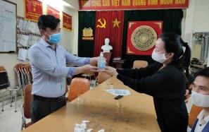 Việt Sing làm nước rửa tay diệt khuẩn phát miễn phí tại quận Hoàng Mai